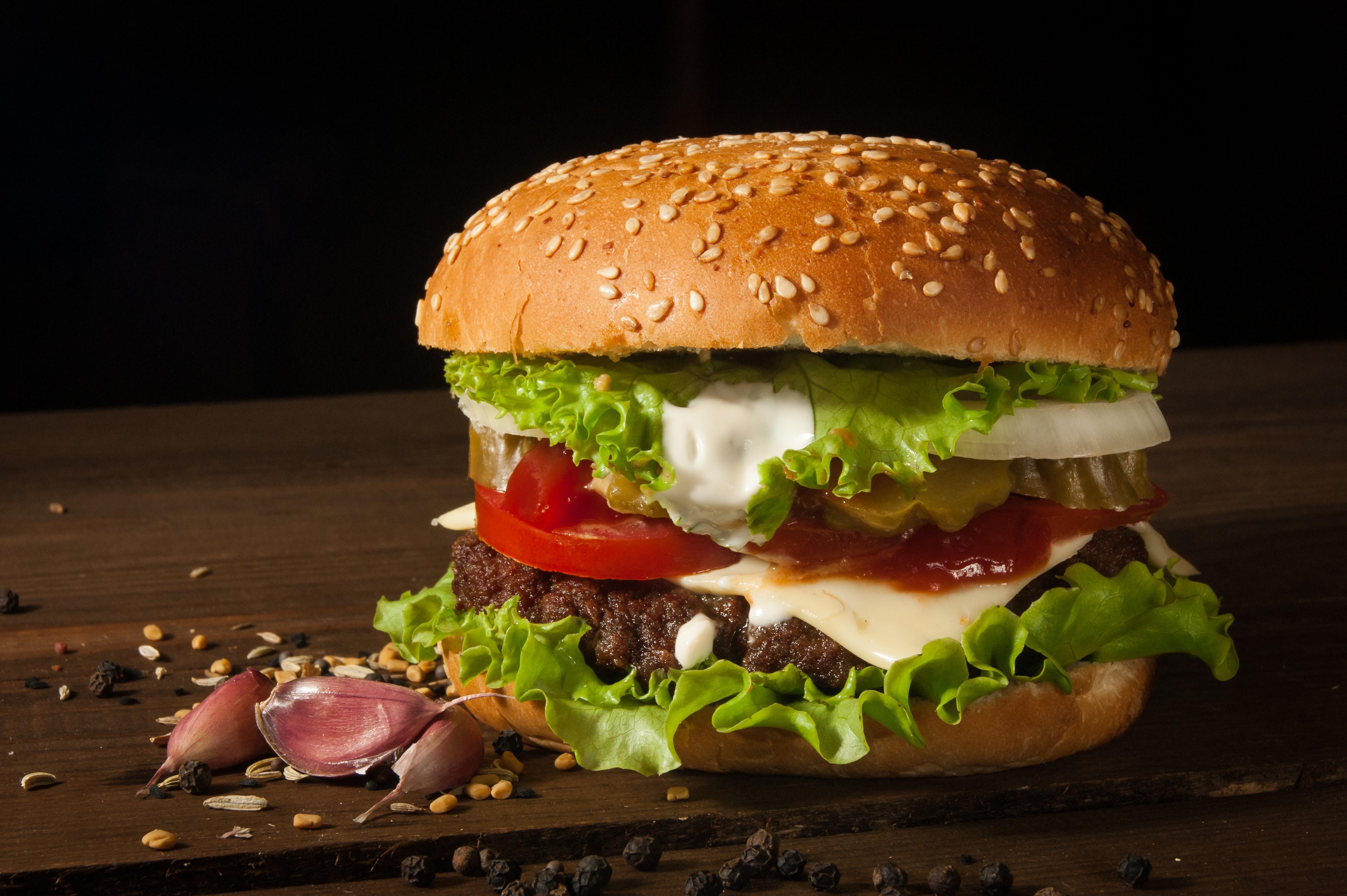 【夢占い】ハンバーガーの夢は何のサイン?ハンバーガーの夢の意味を解説