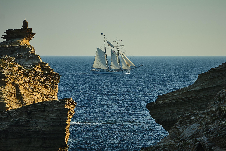 【夢占い】夢占いで船が意味するサインは?船の種類や船の状況別に夢占いを解説